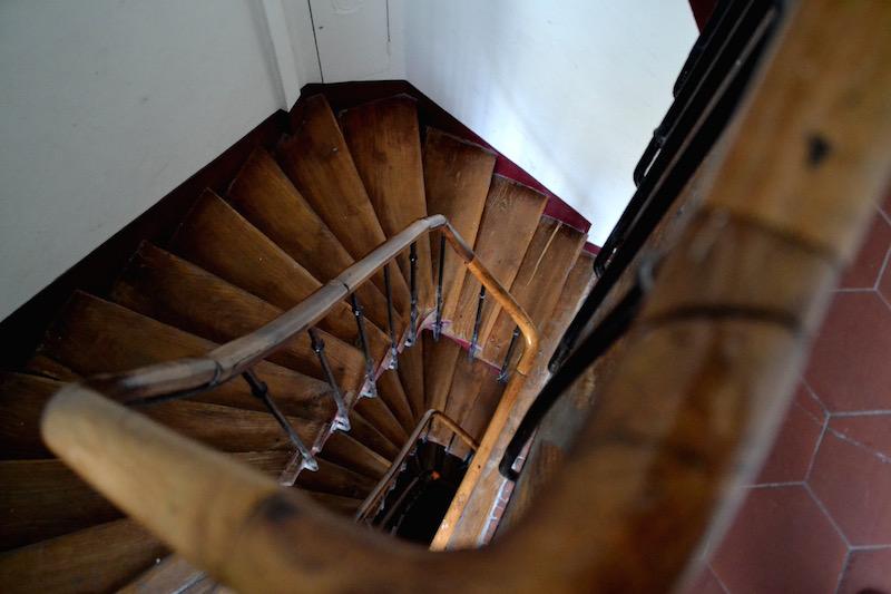 Paris-Impressionen: die hölzerne Treppe in einem Pariser Hinterhaus