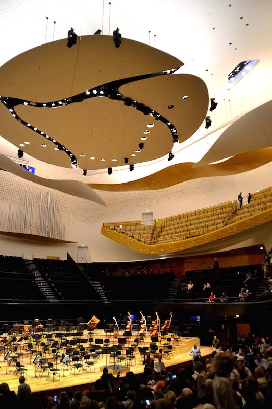 Der Konzertsaal der neuen Pariser Philharmonie - das Orchester sitzt noch nicht