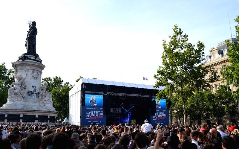Links ein Denkmal, rechts eine große Bühne - davor jede Menge Menschen auf dem Place de la Republique in Paris zur Fête de la Musique