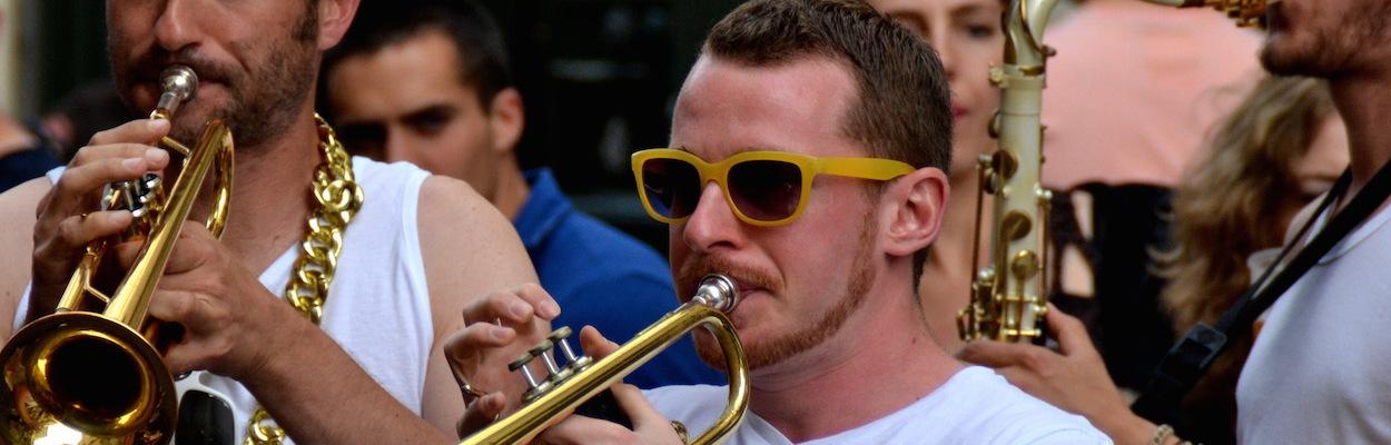 Zwei junge Männer in weißen T-Shirts spielen Trompete bei der Fête de la Musique