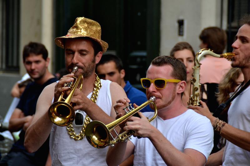 Zwei junge Männer in weißen T-Shirts blasen Trompete bei der Fête de la Musique