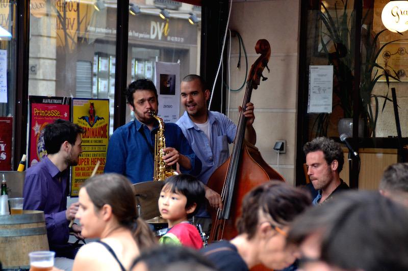 Eine Jazz-Kapelle vor einem Bistro in Paris zur Fête de la Musique