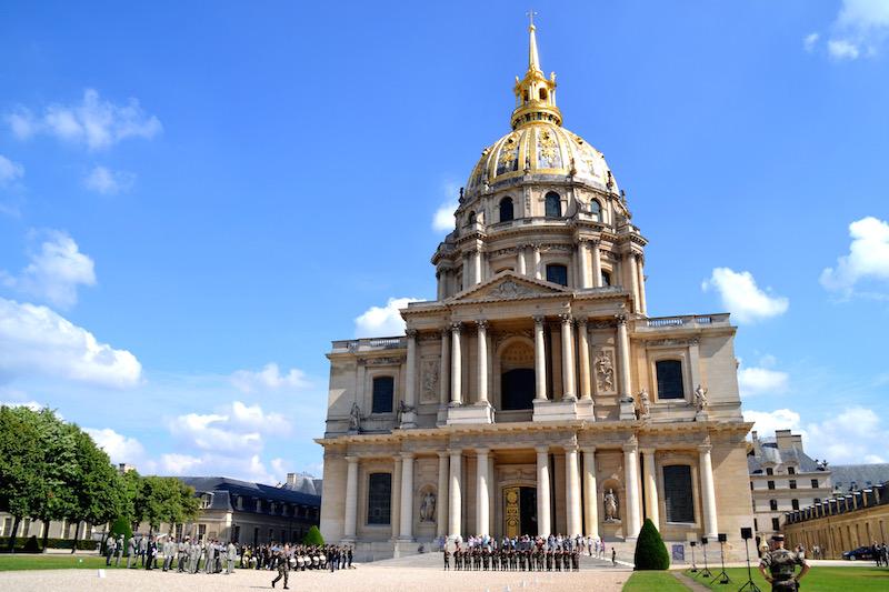 Paris-Impressionen: der Invalidendom bei strahlendem Himmel, Soldaten haben sich vor seiner Pforte versammelt