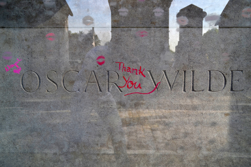 Paris-Impressionen: Der Grabstein von Oscar Wilde - überzeugen mit Lippenstift-Spuren