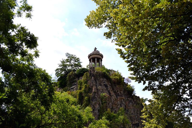 Paris-Impressionen: der kleine Tempel auf dem Berg im Park Buttes-Chaumont