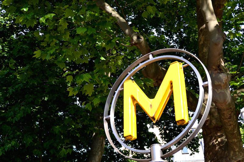 Paris-Impressionen: ein gelbes Metro-Schild