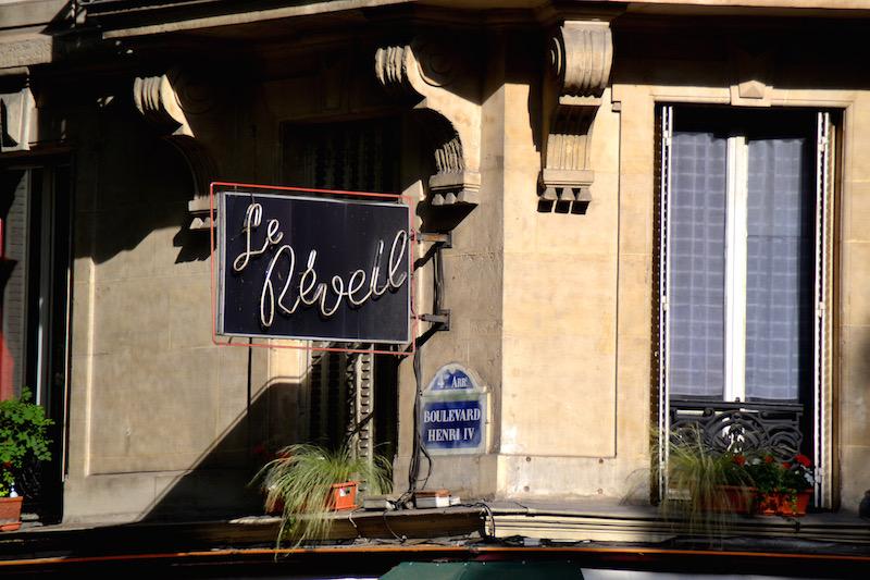 Paris-Impressionen: das Neon-Schild eines Bistros (Le Réveil) bei Tageslicht