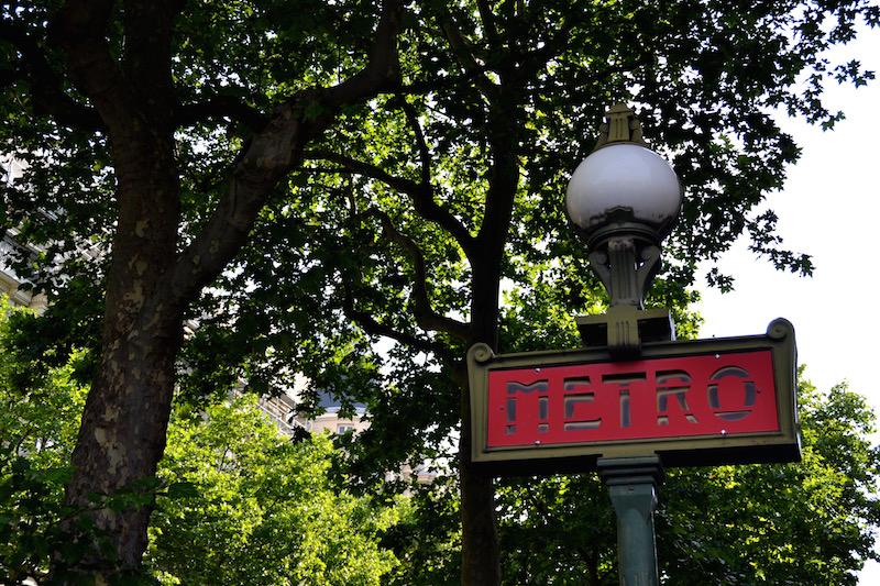 Paris-Impressionen: ein rotes Metro-Schild