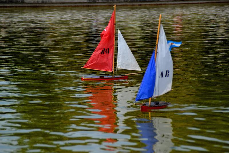 Paris-Impressionen: zwei Spielzeugboote im Teich des Jardin du Luxembourg