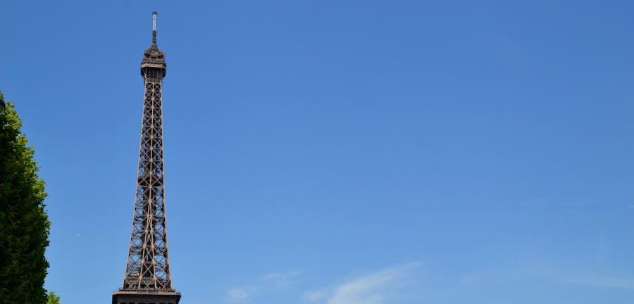 Die Spitze des Eiffelturms vor strahlend-blauem Himmel
