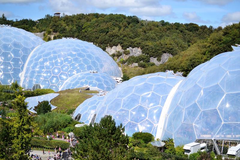 Das Eden Project mit seinen Biomen entstand in einem alten Tagebergbau in Cornwall