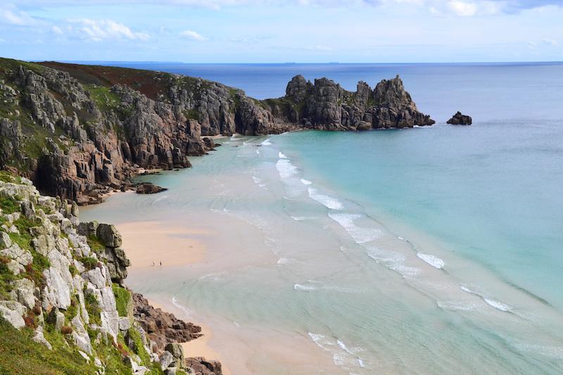 Der Strand von Pedn Vounder in Cornwall bei einsetzender Ebbe