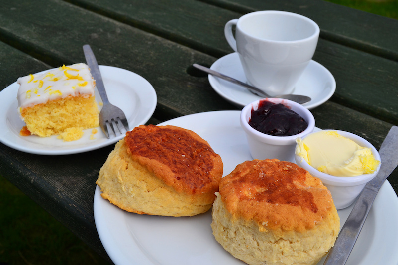 Cream Tea in Cornwall mit Tee, zwei Scones, Marmelade, Clotted Cream und als Extra noch Lemon Cake