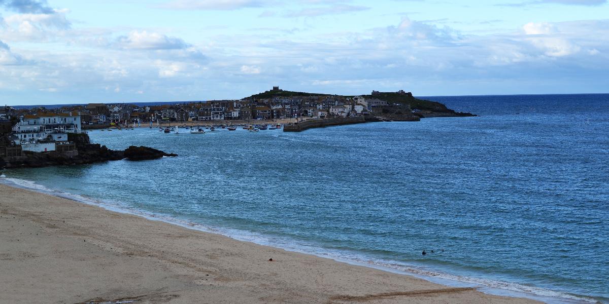 Der Strand und der Hafen des St. Ives in Cornwall