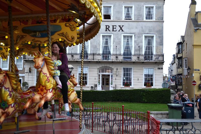 Ein Karussell dreht an der aus der Zeit gefallenen Promenade von Weymouth seine Runden