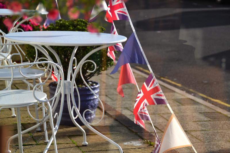 Kleine britische Fähnchen dekorieren die Reihe von Pensionen direkt am Strand von Weymouth