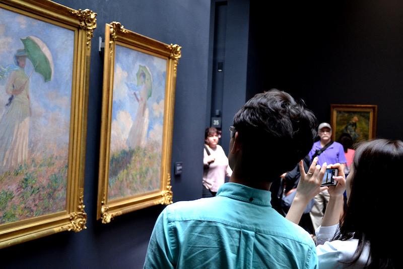 Touristen vor zwei wunderbaren Monets im Musée d'Orsay