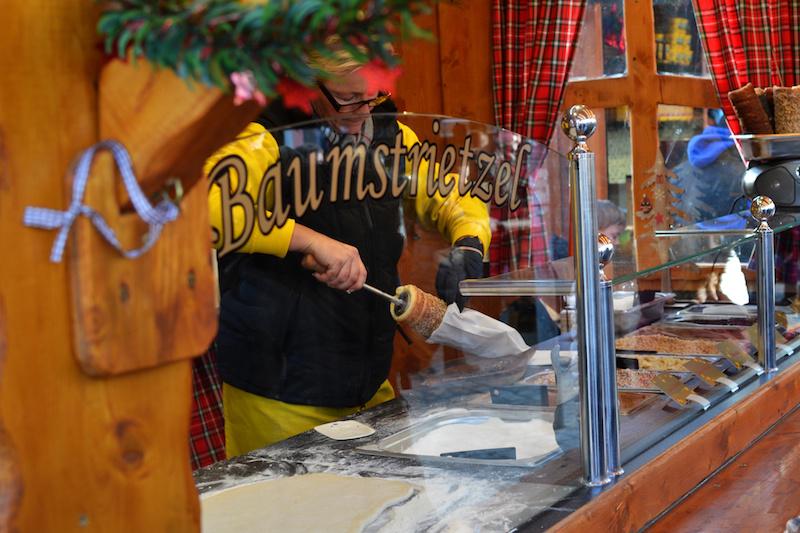 Weihnachten in München: Baumstrietzel auf dem Christkindlmarkt am Harras