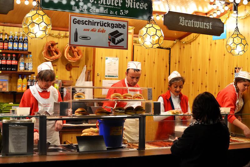 Weihnachten in München: Bratwürste auf dem Christkindlmarkt am Marienplatz