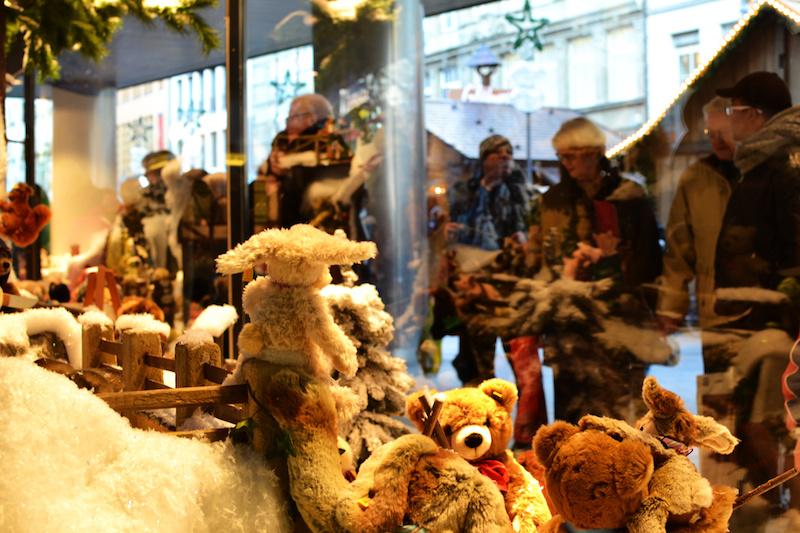 Weihnachten in München: Steiff-Tiere locken an die Schaufenster des Kaufhofs am Marienplatz