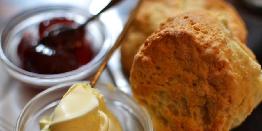 Devon Cream Tea mit Scones, Marmelade und Clotted Cream in Clovelly