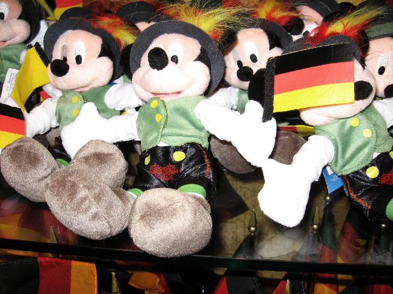Cast Member in Walt Disney World: Ein Stück Heimat - Mickey Mouse in Lederhosen