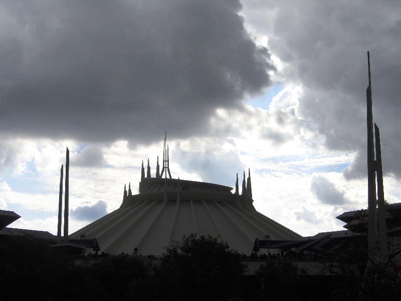 Regen braucht sich über Disneyland's Space Mountain zusammen