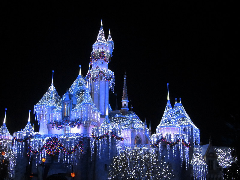 Das winterlich erleuchtete Schloss in Disneyland