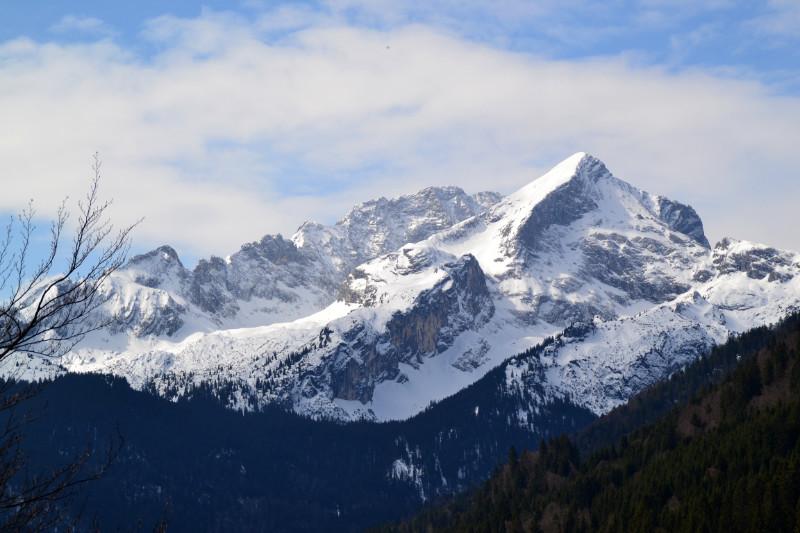 Majestätisch erhebt sich die schneebedeckte Zugspitze