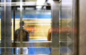 Fototour entlang der Münchner U3: Einfahrende U-Bahn am Olympia-Einkaufszentrum