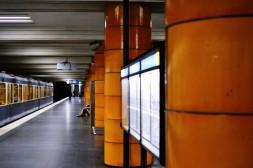 Orangene Säulen, U-Bahn-Halt Universität