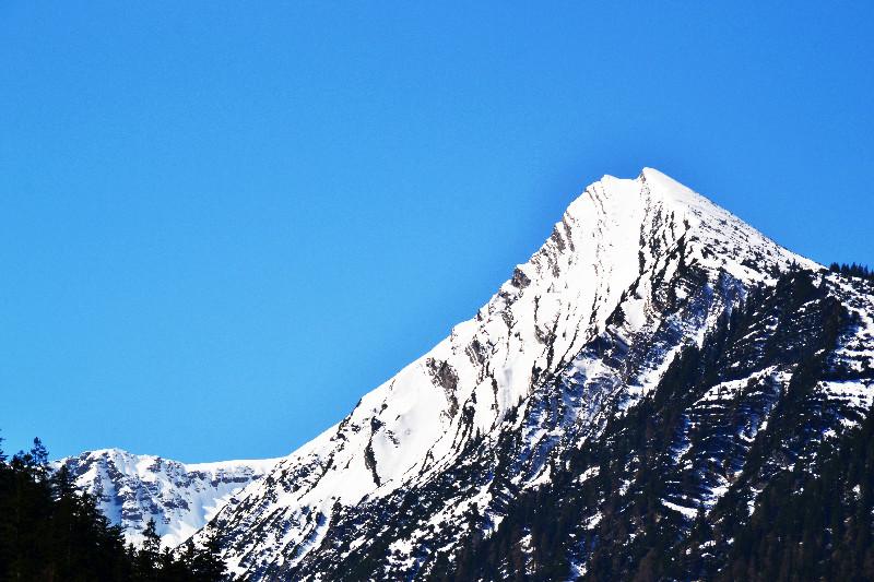 Die Gipfel sind noch schneebedeckt