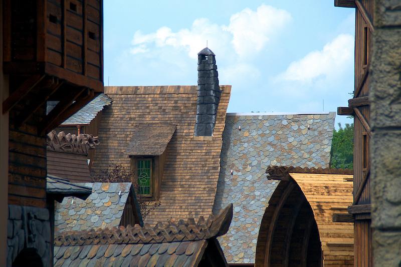 Die Dächer des neuen Themenbereichs Klugheim im Phantasialand