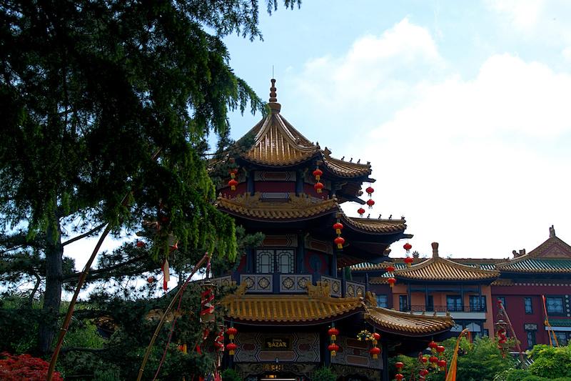 Pagode und dahinter Hotel in Chinatown, Phantasialand