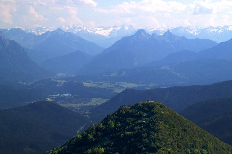 Gipfelkreuz vor Alpenpanorama, vom Herzogstand aus gesehen