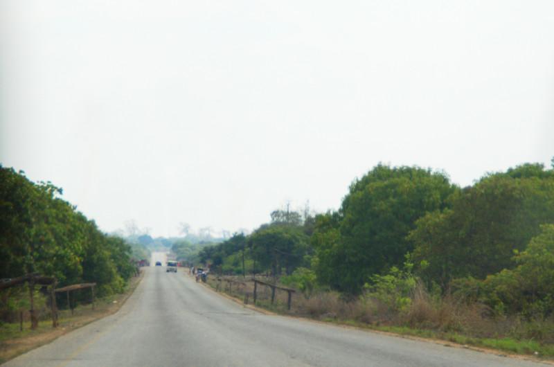 Kerzengerade Straße in Mosambik