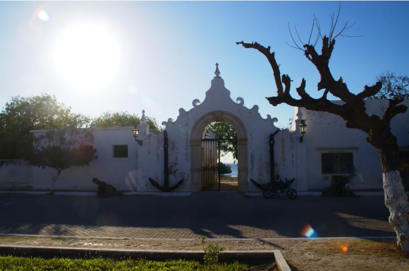 Ein portugiesisches Tor bildet den Zugang zum alten Hafen von  Ilha de Moçambique