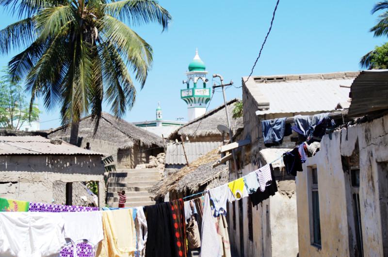 Ärmliche Hütten und ein Minarett auf Ilha de Moçambique