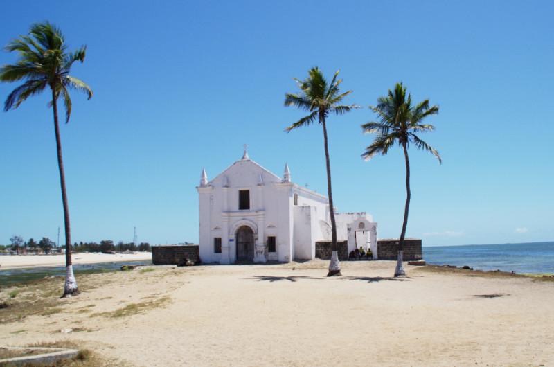 Weiße Kirche direkt am Strand von Ilha de Moçambique