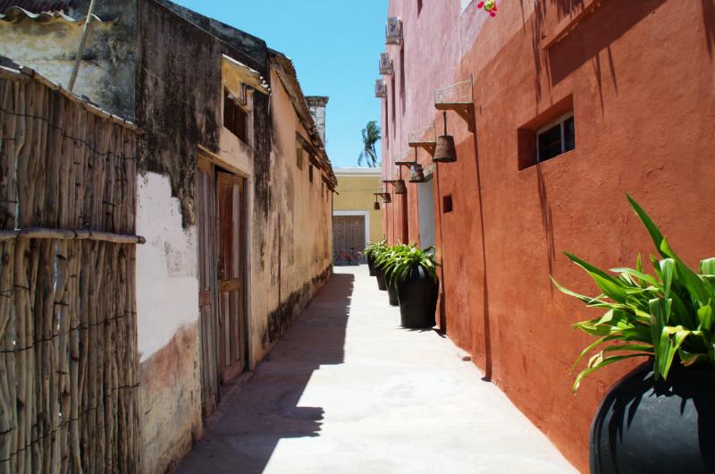 Gasse mit rotgetünchter Wand rechts auf Ilha de Moçambique