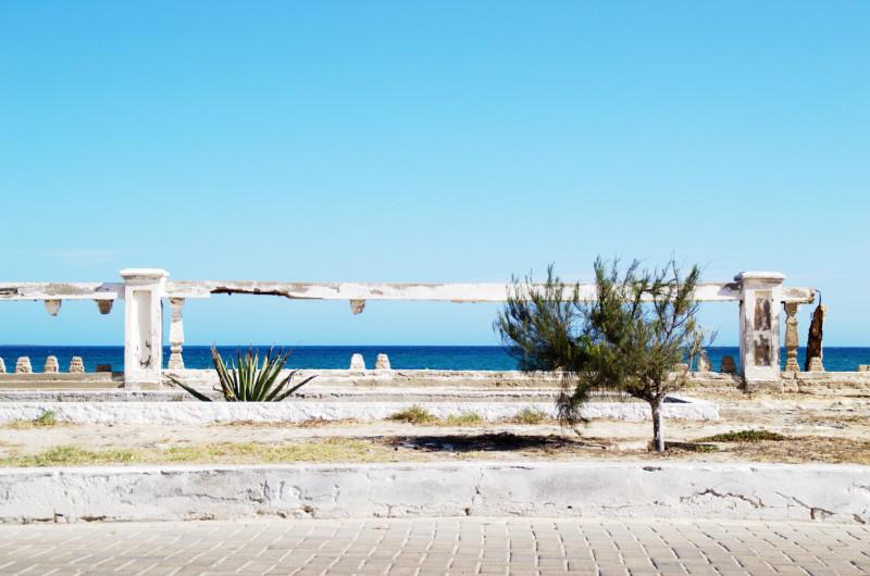Zerbrochene Balustrade an der Promenade von Ilha de Moçambique