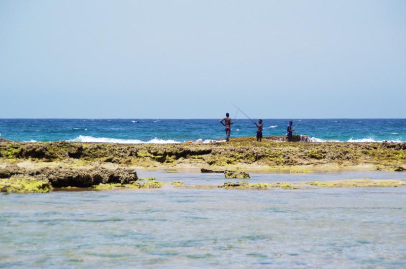 Fischer am Strand von Tofo, Mosambik