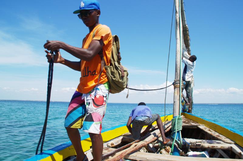 Ilha de Moçambique: Mit der Dhau auf blauem Meer