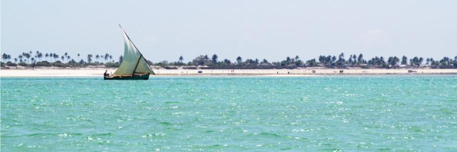 Ilha de Moçambique: Eine Dhau auf der blauen Lagune