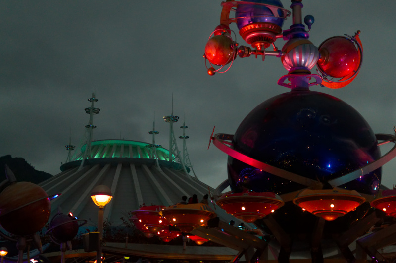 Space Mountain und Orbitron am Abend in Hong Kong Disneyland