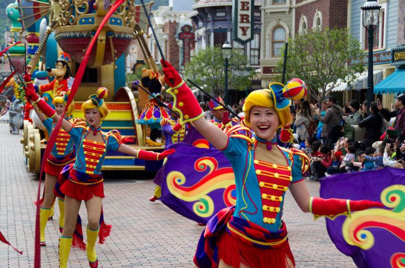 Tänzerinnen bei der Parade in Hong Kong Disneyland