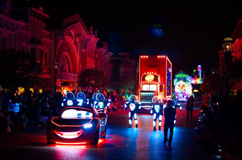 Cars bei der Paint the Night Parade, Hong Kong Disneyland