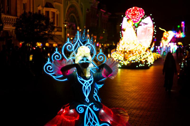 Beleuchtete Tänzerin bei der Paint the Night Parade, Hong Kong Disneyland