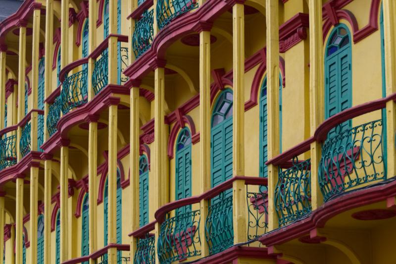 Macau: knallgelbe Fassade, grüne Fensterläden