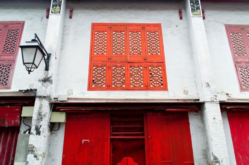 Macau: rote Fensterläden